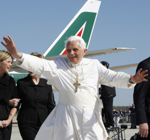 Pope Benedict Arrives (CNS/Nancy Wiechec)